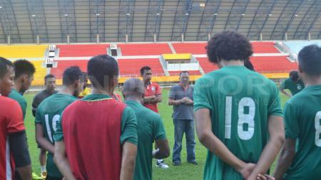 Skuat Sriwijaya FC dan sejumlah pelatih. - INDOSPORT