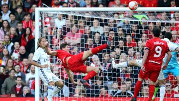 Aksi Steven Gerrard kala melawan Real Madrid Legend.