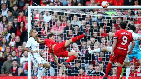 Aksi Steven Gerrard kala melawan Real Madrid Legend. - INDOSPORT