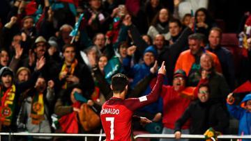 Ronaldo merayakan golnya ke gawang Hungaria di depan para pendukungnya.