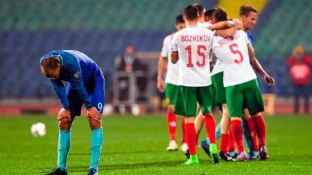 Reaksi kontra penyerang Belanda, Bas Dost dengan para pemain Bulgaria. - INDOSPORT