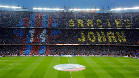 Legenda Barcelona, Johan Cruyff mendapatkan tribute di Camp Nou. - INDOSPORT