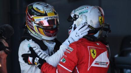 Lewis Hamilton mengucapkan selamat untuk Sebastian Vettel. - INDOSPORT
