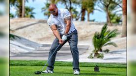 Dwayne Johnson terlihat sedang asyik bermain golf.