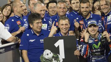 Pembalap asal Spanyol, Maverick Vinales, merayakan kemenangan bersama tim Yamaha di bawah podium.