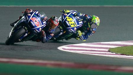 Maverick Vinales depan disusul oleh rekan setimnya Valentino Rossi. - INDOSPORT