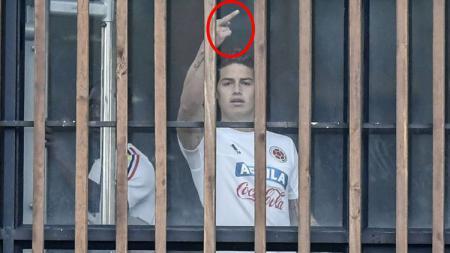 Gelandang Timnas Kolombia, James Rodriguez tertangkap kamera melakukan gestur 'cabul'. - INDOSPORT