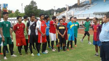 Proses seleksi perdana Persigo Semeru FC di Stadion Semeru.