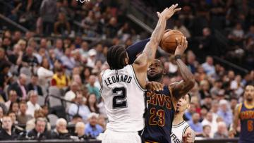 LeBron James mendapat perlawanan dari pemain Kawhi Leonard.