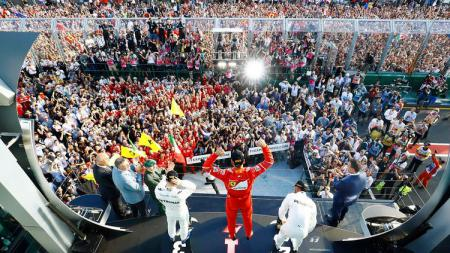 Para penonton memenuhi lintasan saat seluruh acara GP Australia belum benar-benar usai. - INDOSPORT