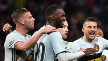 Pemain Belgia merayakan gol yang dicetak oleh Christian Benteke ke gawang Rusia.