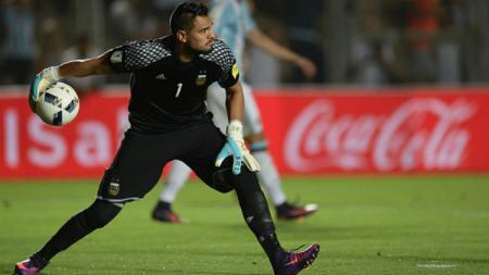 Sergio Romero melakukan blunder yang menyebabkan Timnas Argentina tertinggal 1 gol atas Bolivia. - INDOSPORT