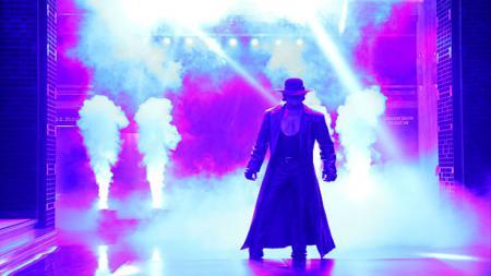 The Undertaker saat masuk ke ring. - INDOSPORT
