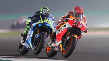 Marc Marquez  dan Andrea Iannone saat menjalani balapan di MotoGP Qatar.