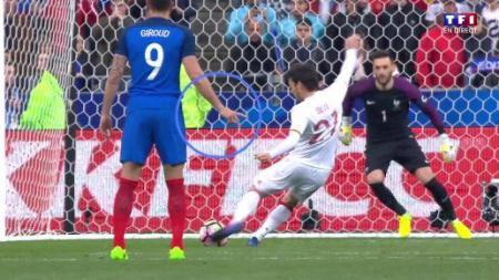 Olivier Giroud (biru) memberikan petunjuk melalui jarinya. - INDOSPORT
