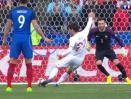 Olivier Giroud (biru) memberikan petunjuk melalui jarinya.