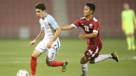 Andri Syahputra (kanan) saat membela Timnas Qatar Junior menghadapi Timnas Inggris Junior. - INDOSPORT