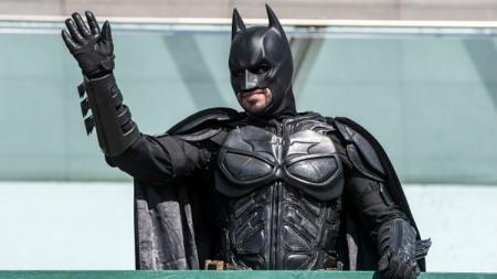 Sosok Batman hadir dalam peresmian Bandara Internasional Cristiano Ronaldo. - INDOSPORT
