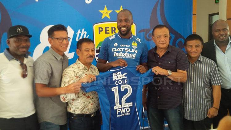 Carlton Cole dikenalkan kepada wartawan di Graha Persib, Sulanjana Bandung. Copyright: Muhammad Ginanjar/INDOSPORT