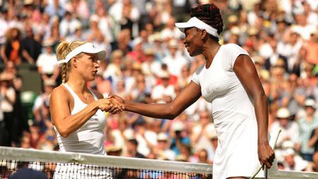 Petenis Jerman, Angelique Kerber (kiri) dan Venus Williams saat berjabat tangan. - INDOSPORT
