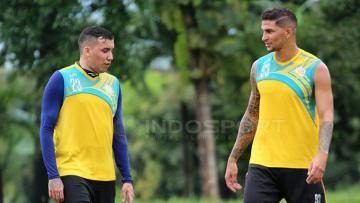 Fellipe Bertoldo (kiri) dengan Arthur Cunha saat jalani latihan bersama.