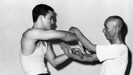 Siapa sangka jika eks aktor kenamaan Hong Kong sekaligus ahli seni bela diri, Bruce Lee ternyata sangat mahir dalam menggunakan raket? - INDOSPORT