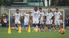 Indosport - Michael Essien saat berlatih perdana bersama Persib Bandung.