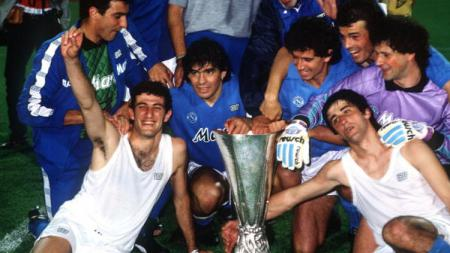 Jersey Napoli milik legenda Argentina, Diego Maradona dilelang dengan harga yang sangat mahal untuk membantu kota Naples dalam memerangi pandemi virus corona. - INDOSPORT