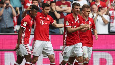 Para pemain Bayern Munchen merayakan gol yang dicetak Lewandowski. - INDOSPORT