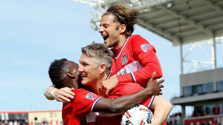 Bastian Schweinsteiger merayakan golnya bersama rekan-rekan barunya di Chicago Fire. - INDOSPORT