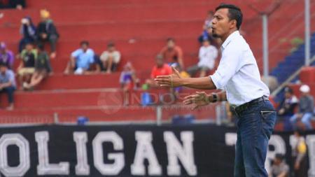 Pelatih Persik Kediri, Bejo Sugiantoro saat memberikan instruksi. - INDOSPORT