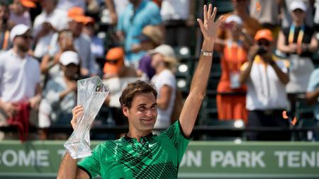 Roger Federer mengangkat trofi juara Miami Terbuka 2017. - INDOSPORT