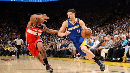Klay Thompson (kanan) mendapat perlawan dari pemain Washington Wizards. - INDOSPORT