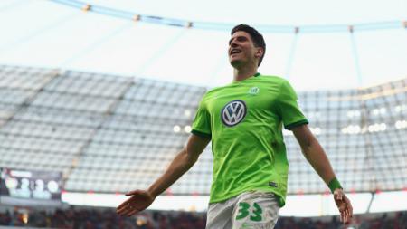Striker Wolfsburg, Mario Gomez cetak hattrick dalam waktu 7 menit melawan Bayer Leverkusen. - INDOSPORT
