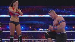 Indosport - Momen John Cena melamar kekasihnya, Nikki Bella.