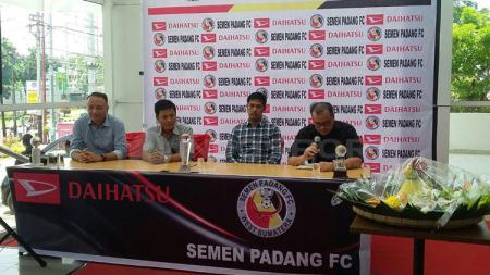 Semen Padang lakukan penandatanganan MOU dengan sponsor. - INDOSPORT