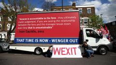 Indosport - Fans memprotes Arsene Wenger