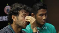 Luis Milla pelatih Timnas U-22 dan Senior tampak pusing saat jumpa pers.