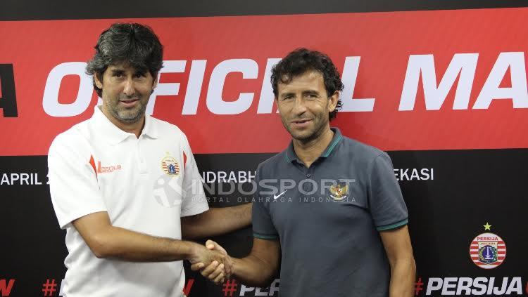Stefano Cugurra Teco dan Luis Milla berjabat tangan usai jumpa pers. Copyright: Herry Ibrahim/INDOSPORT