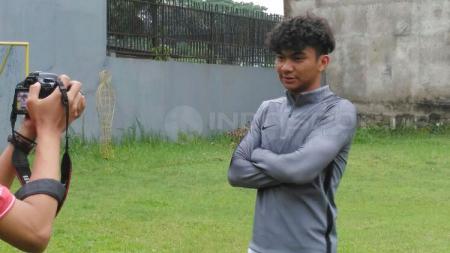 Pemain Indonesia yang memperkuat Aris Thessaloniki FC, Nicholas Yohanes Pambudi, memiliki jersey yang bakal membuat fans Barcelona dan Real Madrid bingung. - INDOSPORT