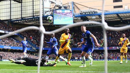 Momen gol Crystal Palace ke gawang Chelsea dicetak oleh Christian Benteke. - INDOSPORT