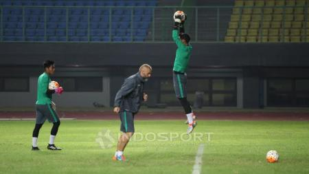 Salah satu kiper Timnas Indonesia U-22 menangkap bola dalam sesi latiha jelang lawan Persija Jakarta. - INDOSPORT
