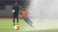 Indosport - Asisten Pelatih Timnas Indonesia U-22, Bima Sakti Tukiman tampak serius perhatikan latihan.