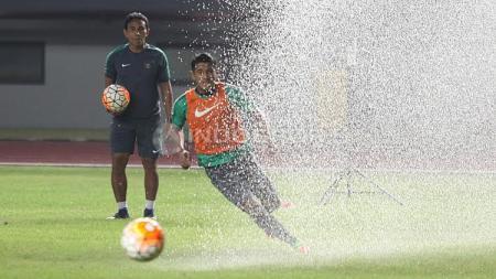 Asisten Pelatih Timnas Indonesia U-22, Bima Sakti Tukiman tampak serius perhatikan latihan. - INDOSPORT