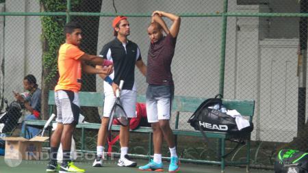 Petenis tim Kuwait saat mengelar latihan di kawasan lapangan tenis Stadion Manahan Solo, Rabu (05/04/17) siang. - INDOSPORT