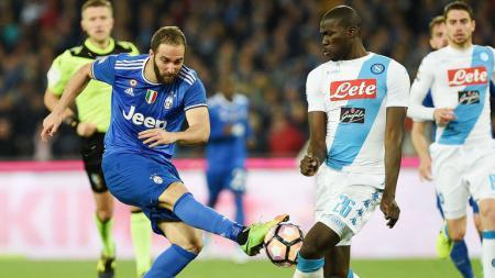 Higuain saat berhadapan dengan para pemain Napoli. - INDOSPORT