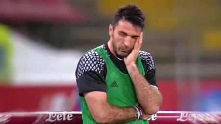 Gianluigi Buffon terlihat 'prihatin' saat melihat berbagai blunder yang dilakukan oleh Neto. - INDOSPORT