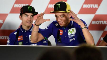 Valentino Rossi dan Maverick Vinales dalam konferensi pers di Sirkuit Termas de Rio Hondo, Kamis (06/04/17). - INDOSPORT