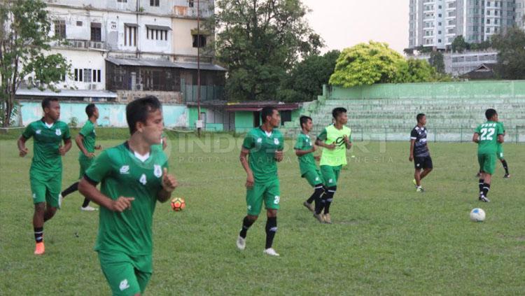 Para pemain PSMS yang baru bergabung mulai intens mengikuti latihan yang langsung dipantau Pelatih Mahruzar Nasution. Copyright: Kesuma Ramadhan/INDOSPORT