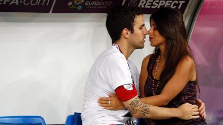 Cesc Fabregas bersama Istrinya, Daniella Semaan. - INDOSPORT